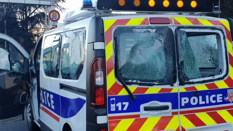politiebus-politie-frankrijk-aanval-gele-hesjes.