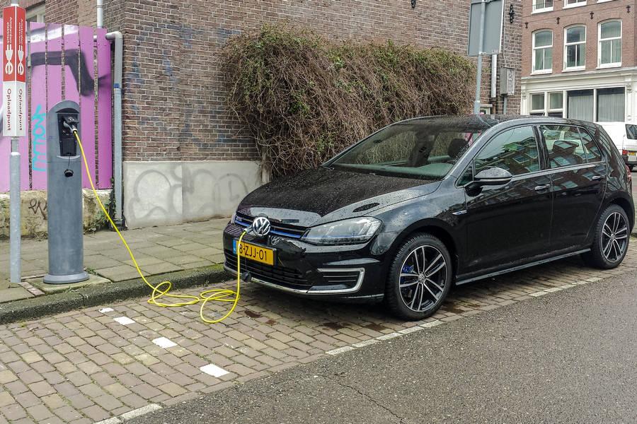 volkswagen-elektrisch-oplaadpaal-amsterdam-golf.