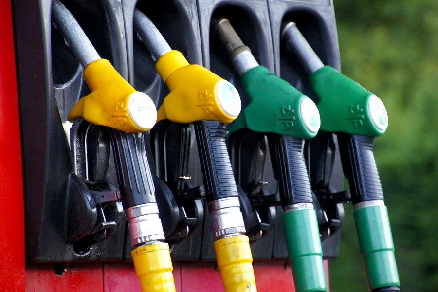 afbreken-auto-benzine-tankstation