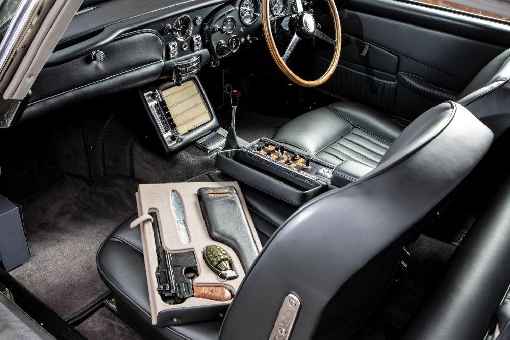 aston-martin-db5-james-bond-007-interior