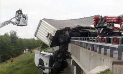 vrachtwagen-ongeluk-viaduct-hongarije-2019
